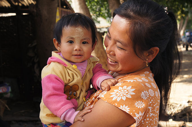 Mom carrying her baby, Nyaung Shwe 2015
