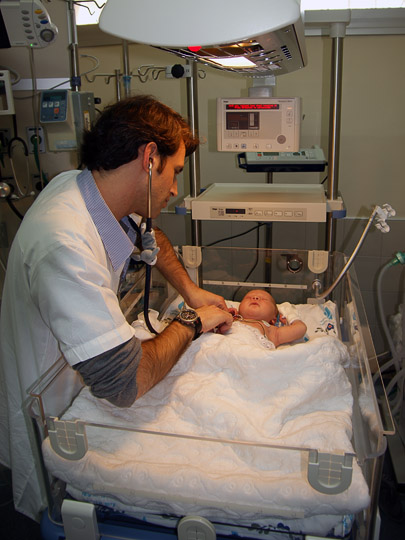 Dr. Eyal Nakash examines Mohammed from Gaza, The Wolfson Hospital 2011