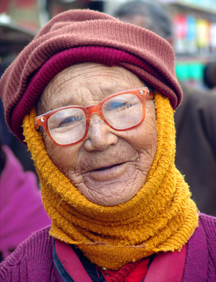 Tibetan woman on pilgrimage – to a large gallery picture