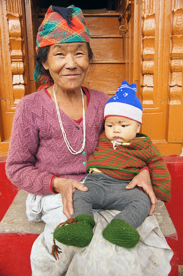 Kid with his grandmother on their doorstep, Pangu 2011