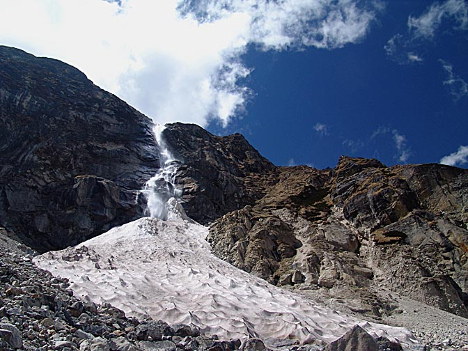 The Khan-dum-chu waterfall, between Khambachen and Lhonak, 2006