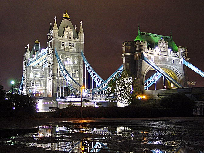 The Tower Bridge in London at night, Great Britain 2000